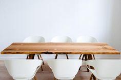Ein Ess- und Arbeitstisch aus Eichenbohlen - zeitlos und ausdrucksstark. Ein eleganter Tisch aus alten, unbesäumten Eichenbohlen aus dem Berliner Umland - mit f