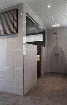 Sauna, suihku ja pukuhuone; sauna keskellä, ovi tulisi toiselle seinälle pukkarin puolelle..