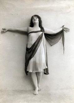 Danseressen. Olga Desmonds (1890-1964), Duitse danseres en actrice, als modern danseres in een tule kostuum. Plaats onbekend, 1914 of eerder. Serie van 4 foto's. Datum 1914 Persoonsnamen Desmonds, Olga
