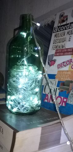 Amo garrafas, tenho uma paixão por elas e não sou de beber assim! Essa garrafa minha irmã comprou um suco de uva natural e a achei tão linda que resolvi reaproveitá-la. Apenas lavei, reaproveitei meu pisca de natal e minha luminária super fofa ficou pronta! Gostou da ideia? Faça também a sua. Super fácil de fazer...é claro que já havia visto essa ideia por aqui na net também, mas essa luminária enfeita minha sala de estar hoje.
