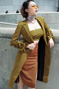 Top sao mặc đẹp    Tóc Tiên vô cùng nổi bật và cá tính tại Seoul Fashion Week. Cô nàng diện blazer dáng dài có họa tiết hoa 3D lạ mắt, kết hợp cùng croptop đồng màu và váy xẻ cao.     Sẽ là một thiếu sót lớn nếu không kể đến chiếc kính gọng bút chì làm mưa làm mưa gió thời gian qua trên các sàn...  http://cogiao.us/2017/04/02/toc-tien-phi-phuong-anh-mac-dep-pham-huong-bat-ngo-lot-top-sao-mac-xau