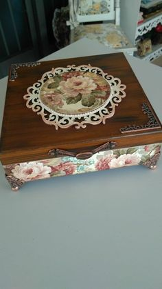 Cigar Box Projects, Cigar Box Crafts, Decoupage Box, Decoupage Vintage, Jewellery Boxes, Vintage Wood, Diy And Crafts, Decorative Boxes, Floral