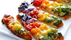 Rainbow Veggie Flatbread Pizza - Taste the rainbow with this delicious veggie pizza recipe! All you is 10 minutes of prep time for this delicious Rainbow Veggie Pizza. Betty Crocker, Rainbow Pizza, Rainbow Food, Rainbow Crafts, Rainbow Theme, Cake Pops, Healthy Recipes, Vegetarian Recipes, Cooking Recipes