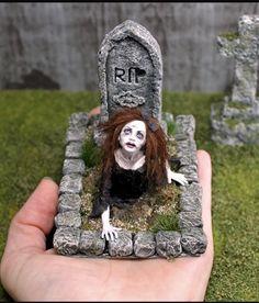 So creepy - puppenstube - halloween art Halloween Clay, Halloween Fairy, Halloween Miniatures, Fete Halloween, Halloween House, Halloween Crafts, Halloween Diorama, Haunted Dollhouse, Haunted Dolls