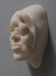 Aqui estão as últimas criações do artista, que vive em Hong Kong, Johnson Tsung. Intitulada 'Sonho Lúcido', esta nova série explora as emoções em esculturas orgânicas e porcelana surrealista. O res…