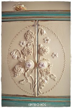 working with appliques on nightstands, painted furniture, repurposing upcycling Repurposed Furniture, Shabby Chic Furniture, Painted Furniture, Wood Appliques, Furniture Inspiration, Furniture Makeover, Decoration, Nightstands, Dressers