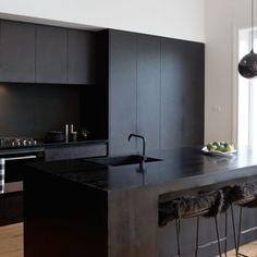 A matte black kitchen makes a bold statement in this Auckland villa - After completing a glossy white kitchen in their previous home, this Auckland family decided to go - Luxury Kitchen Design, Best Kitchen Designs, Interior Design Kitchen, Kitchen On A Budget, Home Decor Kitchen, Rustic Kitchen, Kitchen Ideas, Kitchen Store, Kitchen Trends