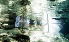 トラッシュ・ザ・ドレス | Photography: AkiDemi Photography | Read more: http://www.storymywedding.com/magical-secret-cenote-wedding/ #セノーテ #destinationwedding # 水中撮影 #アンダーウォーター #underwater #海外ウエディング