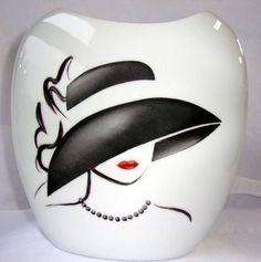 Vase en porcelaine, peint à la main, Collection Regards de femme . Hauteur : 24 cm. Largeur : 22 cm. Décor inaltérable.