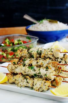 Ces brochettes de poulet mariné sont si simples et tellement délicieuses. Jus de citron, ail, épices et herbes aromatiques. Tendres et juteuses, vous pouvez les préparer à l'avance. Cuisson au four, barbecue, plancha ou à la poêle. Pasta Salad, Diners, Cooking, Ethnic Recipes, Food, Flat Top Grill, Skewers, Grilling, Garlic