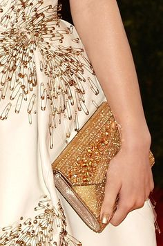 Met Gala: Hailee Steinfeld in Donna Karan Atelier Safety Pin Art, Safety Pin Crafts, Safety Pins, Gold Fashion, Fashion Art, Fashion Design, Paper Fashion, Fashion Trends, Couture Details
