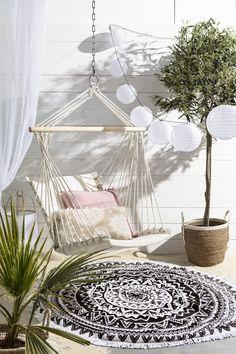 Houd jij ook zo van de relaxte Ibiza vibes? Creëer nu je eigen stukje Ibiza. Gewoon in je tuin of op je balkon. Ibiza Party, Zen, Outdoor Spaces, Outdoor Decor, Ibiza Fashion, Balcony Garden, Garden Inspiration, Interior And Exterior, Garden Design