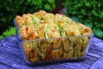 Faltenbrot mit Knoblauch und Mozzarella. Leckere Beilage zum Grillen