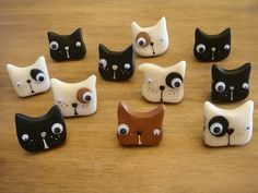 Fimo - cat or dog heads. Polymer Clay Cat, Polymer Clay Kunst, Polymer Clay Animals, Polymer Clay Charms, Polymer Clay Projects, Polymer Clay Creations, Polymer Clay Jewelry, Plastic Fou, Clay Cats