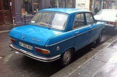 Pour ce vendredi, une Peugeot 204 bleue sous la pluie