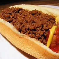 Heavenly Hot Dog Sauce Recipe - This savory beef topping takes hotdogs to a whole new level. Ground beef simmers with tomato sauce, ketchup, chili powder, crushed red peppers, and a touch of sugar. Sauce Mole, Sauce Thai, Chili Sauce, Hot Sauce, Wv Hot Dog Sauce Recipe, Wv Hot Dog Chili Recipe, Hot Dog Recipes, Chili Recipes, Sauce Recipes