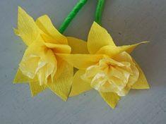 Viikko aikaa virpomiseen... ... olemme askarrelleet tyttöjen kanssa ison pinon kukkia. Kukat odottavat nyt oksiin pääsyä. Palmusu...