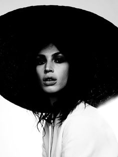 Black and White Photography Woman Portrait Photography Women, Light Photography, Portrait Photography, Photography Ideas, Urban Photography, Artistic Photography, Black And White People, Black And White Pictures, White Women