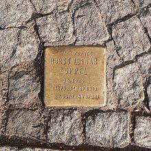 Les Stolpersteine (pierres sur lesquelles on peut trébucher) est une création de l'artiste berlinois Gunter Demnig (né en 1947). Ce sont des pavés dont  la face supérieure, affleurante, est recouverte d'une plaque en laiton qui honore la mémoire d'une victime du nazisme. Encastrées dans le trottoir devant le dernier domicile des victimes, plusieurs milliers de stolpersteine ont ainsi été posées depuis 1993, principalement en Allemagne.