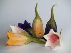 Nassgefilzter Eierwärmer in Form einer Glockenblume in Rosa mit dunkelrosa abgesetzt.  Der elfenzarte Eierwärmer hält das Frühstücksei schön warm und ist eine märchenhafte Dekoration für jeden...
