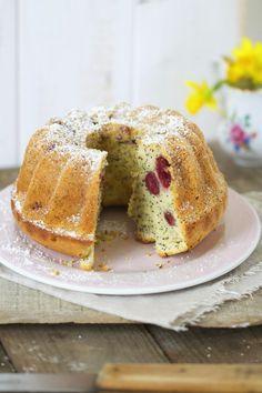 Lykkelig - mein Foodblog: Ihr wollt den saftigsten Kuchen aller Zeiten? Dann umgehend diesen phänomenalen Eierlikörkuchen mit Kirschen und Mohn backen! Sehr verliebt.