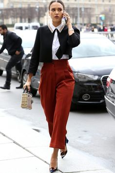 Cropped Sweater + Embellished Collar + High Waisted Scarlet-Orange Trousers -- Jessica Alba PFW &a. Business Outfit Frau, Business Casual Attire, Business Wear, Classy Outfits, Casual Outfits, Fashion Outfits, Work Outfits, Workwear Fashion, Office Outfits