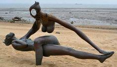 The balance statue Human Sculpture, Modern Sculpture, Deco Originale, Illusion Art, Art Abstrait, Land Art, Public Art, Erotic Art, Urban Art