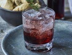 Drink med gin og kirsebær - god opskrift til jul | SPIS BEDRE Drinks Med Gin, Cocktail Drinks, Cocktails, Pint Glass, Christmas Time, Smoothies, Beverages, Tableware, Desserts