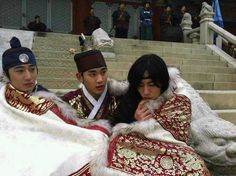 Taking a break from the Moon Embracing the Sun, it's cold!!!! << the three cutest guys wrapped up in one big cloak. :3