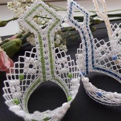 Model pro rok 2012. Do šikmo paličkované mřížky jsem vkládala větší rokailové korálky tak, aby vytvořily opakující se vzor. Barevný proužek zapaličkovaný v plátně je umělé lýko, které jsem v mnoha pěkných odstínech zakoupila v Německu - zřejmě nějaká novinka. Bobbin Lace, Lace Design, Handmade, Easter Activities, Ideas, Bobbin Lacemaking, Hand Made, Handarbeit