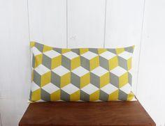 Housse de coussin 50 x 30 cm tissu motifs géomériques CUBES jaune et gris : Textiles et tapis par zig-et-zag