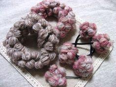自作で100均などで売られているぽこぽこ凸毛糸のように出来ないかなぁと思ったのがきっかけで出来上がりました。 コットン糸などでも編めますから、アレンジして楽しんで下さいね♪♪ アレンジ編はこちら↓ ゜о玉編みヘアアクセо゜アレンジ編① ゜о玉編みヘアアクセо゜アレンジ編②