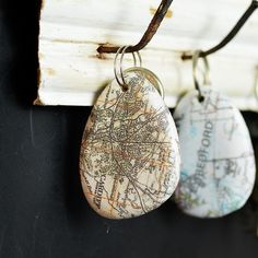 How To Make A Cool Map Rock Keychain – Pillar Box Blue Did you know you can print maps onto pebbles and stones. Use this technique to create a map rock keychain. These make for a lovely personalised gift as you can use a map of any town or city. Map Crafts, Crafts To Do, Book Crafts, Decor Crafts, Mason Jar Crafts, Mason Jar Diy, Bijoux Diy, Dremel, Diy Projects To Try