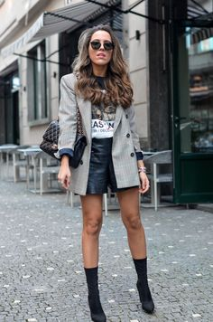 Style by Three Leder Shorts Outfit, Black Shorts Outfit, Black Skirt Outfits, Black Leather Shorts, Short Outfits, Leather Skirt, Winter Shorts Outfits, Winter Skirt Outfit, Casual Winter Outfits