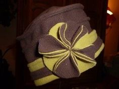 Article corrigé et complété de photos le 10/11/11 Vous le réclamez ??? Le voilà ! Et merci à chacun(e) pour vos encouragements via les commentaires. Cela m'a fait chaud au coeur ! Pour faire ce chapeau : L e tissu : Avec un polaire double face. La coupe...