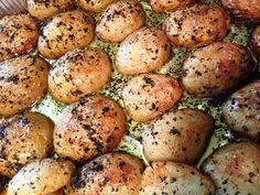 תפוחי אדמה בתנור. מוצלח. תיבלתי בצ'ילי ומעל פיזרתי פלפל ומלח גס
