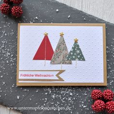 Weihnachtskarte mit aufgenähten Tannenbäumen.  Grundkarte aus Kraftkarton, weißes Papier mit Punkten geprägt, Tannenbäume aus Papierresten.