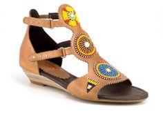 Modelo Alcudia. Colección Massai de Pikolinos, una línea de zapatos y accesorios étnicos, concebidos y fabricados en Kenia por las mujeres de la tribu Maasai.