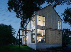 Maison en bois avec grandes baies vitrées