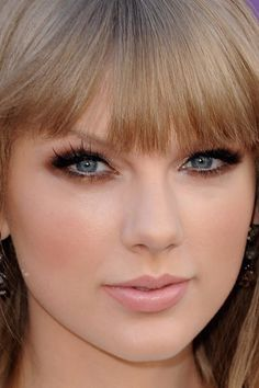 Taylor Swift Bronzy Smoky eye fake eyelashes nude pink lip with bangs