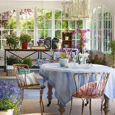 интерьер красивого испанского дома с роскошной террасой и открытой верандой, сочетание классики и кантри, фото гостиной, столовой, кухни, спальни, детской комнаты