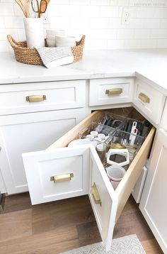 A super smart solution for using the corner space in a kitchen - kitchen corner drawers! Small Kitchen Storage, Kitchen Cabinet Storage, Kitchen Small, Smart Kitchen, Small Storage, Creative Storage, Kitchen Drawers, Kitchen White, Small Pantry