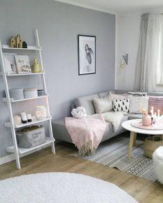Grey Dreams! Ein graues Ecksofa macht sich hervorragend als Ruhepol in jedem Ambiente. Styling-Vorteil: es lässt sich mit allen Farben sehr gut kombinieren lässt! So kann der Stil jederzeit durch Kissen und Co. beliebig verändert werden. // Sofa Wohnzimmer Rosa Weiss Hell Skandinavisch Regal Teppich @sinas_home