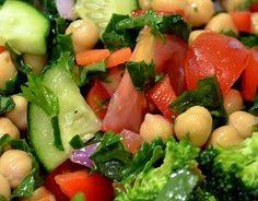 Salada de Grão de Bico com Pepino e Brócolis - Salada que combina grão de bico, brócolis e pequeno; acrescido de tomate e rúcula; regado com um molho cítrico e aromatizado com salsa....