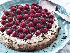 Den lækreste marengsbund toppet med rabarberskum og friske hindbær. Tart Recipes, Fruit Recipes, Sweet Recipes, Real Food Recipes, Baking Recipes, Dessert Recipes, Yummy Food, Desserts, Maila
