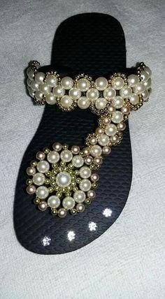 Sandálias        Sandálias Beaded Shoes, Beaded Sandals, Beaded Purses, Bling Flip Flops, Flip Flop Shoes, Flip Flop Craft, Decorating Flip Flops, Beautiful Sandals, Shoe Pattern