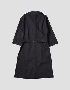 Robe femme cintrée, délavé. Boutonnée avec col à revers. Une poche poitrine et deux poches plaquées. Manches 3/4 et deux boutons à la taille.  100% COTON Lavage en machine