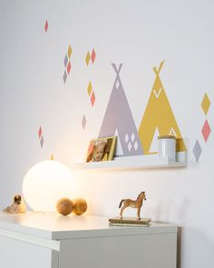 Wall sticker suitable for IKEA Ribba/Mosslanda Picture ledges (length 55cm) Adults as well as children will enjoy this little teepee. This childrens' shelf is not only beautiful, but also can serve for storing small treasures. Your child can decide which picture book and which soft toy gets a seat at this special place and is therefore always in sight. Sticker size total set: 55.0 x 28.0 cm Our wall stickers love smooth walls. Please read our notes on wall stickers in the FAQ BEFORE you…