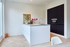 Visgraat houten vloer in de keuken kan heel goed! Dit ziet er heel sjiek en stijlvol uit! - www.fairwood.nl