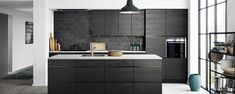 Mano Sera - Een zwarte, stoere en strakke keuken - Kvik.nl --> alleen dan wit met hout.